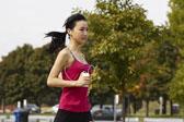 跑步听音乐带来三大益处 但也有三弊端