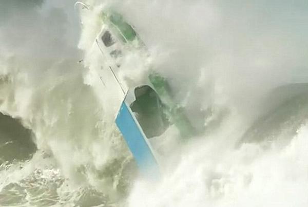 可怕!印尼小船印度洋上遭巨浪掀翻沉入海中