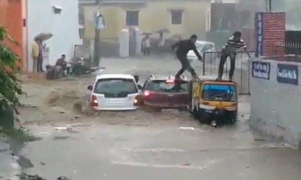 有惊无险!印四名幸运男子洪水中爬出车窗成功逃生