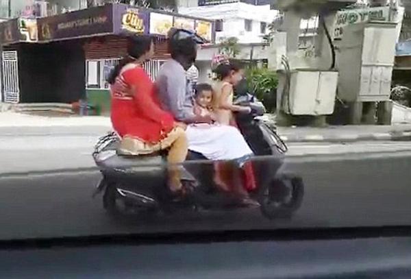 儿戏!印度5岁女童骑摩托车载全家穿梭闹市