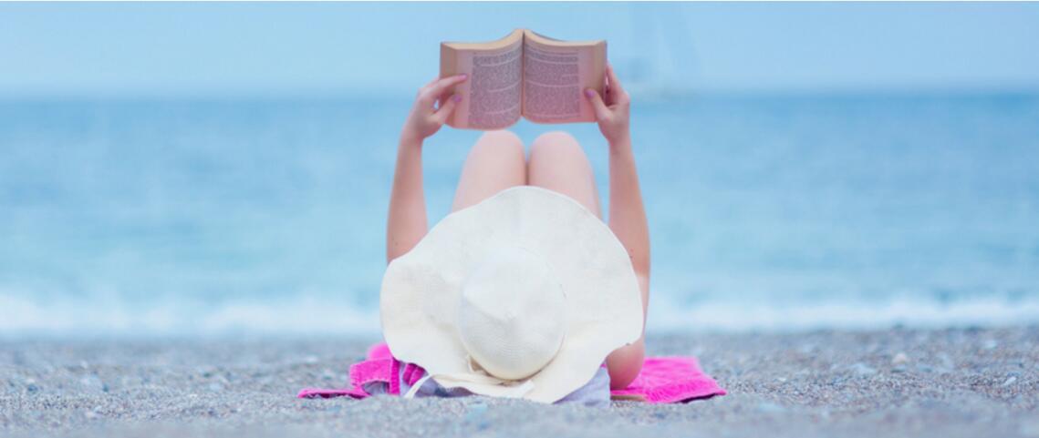 """法国沙滩推广""""图书计划"""" 供游人躺在沙滩椅上看书"""
