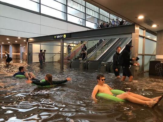 瑞典暴雨车站秒变泳池 市民携充气装备玩很嗨