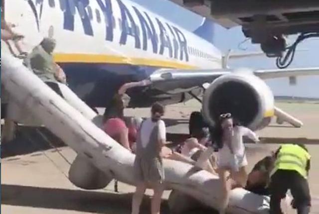西班牙机场一航班上乘客手机爆炸致飞机起火
