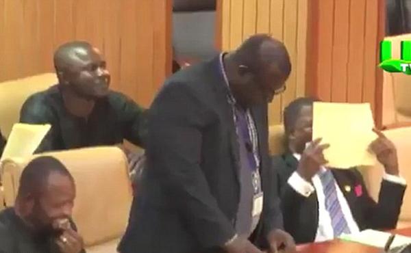 尴尬!加纳议员议会上宣读村庄怪异名字引爆笑