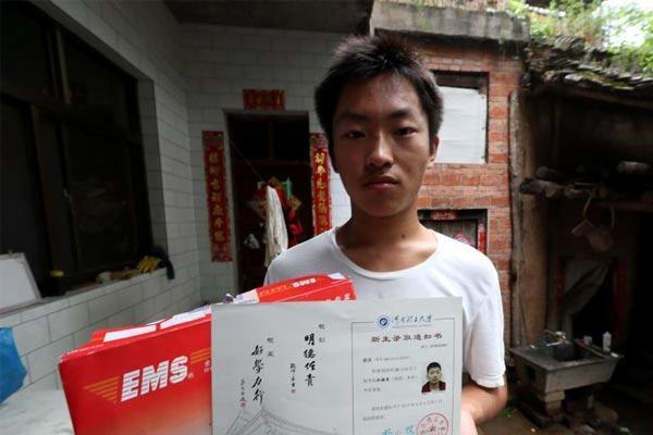卖冰棍攒学费少年拿到大学录取通知书