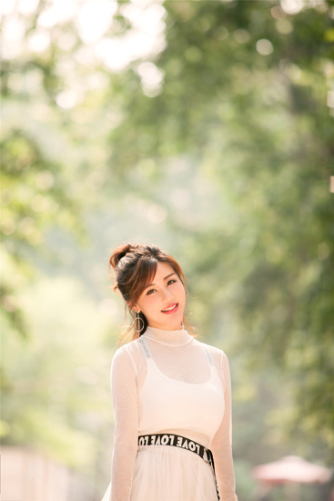 刘子璇清新造型街拍《嘴巴嘟嘟》尽显娇姿美态
