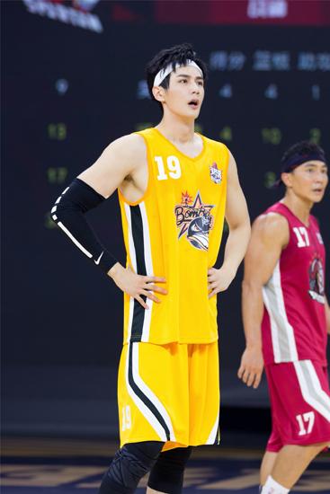 彦希联手CBA明星球员 秀手臂肌肉变篮球学长