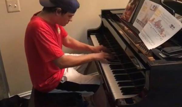 美外卖小哥顾客家里展现高超钢琴技艺走红网络