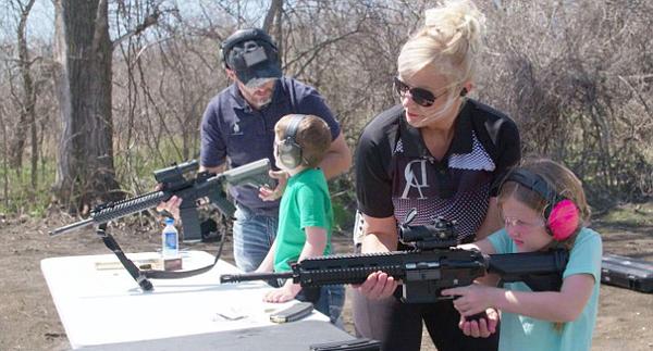 美国一女子在自家建射击场教孩子射击防身