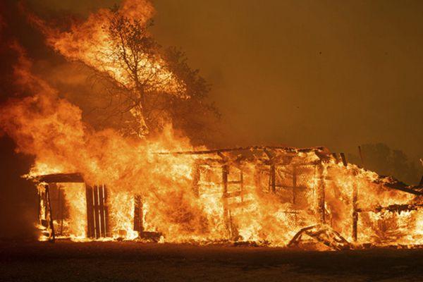 加州山火持续猛烈肆虐 房屋建筑陷入一片火海