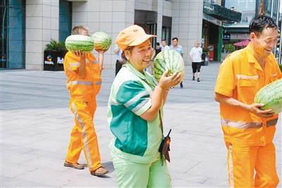 近百名保洁员收到防暑降温用品