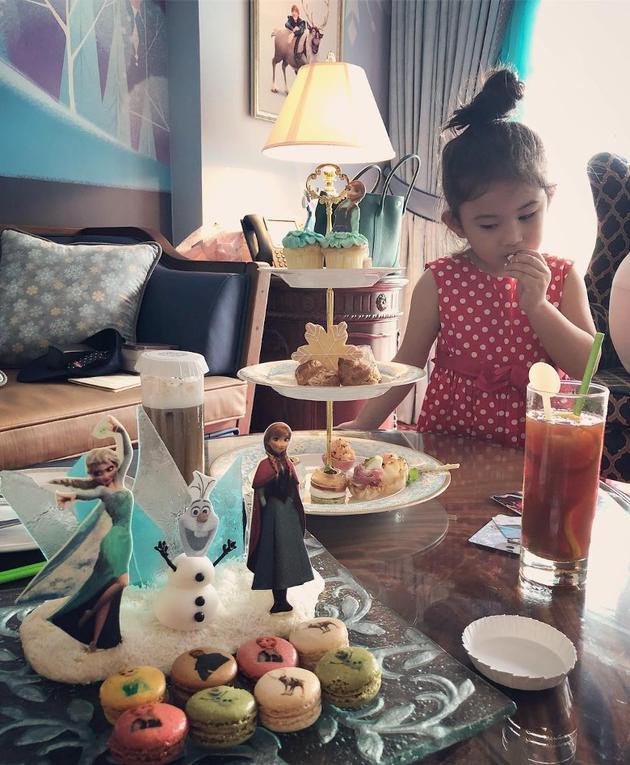 郑希怡与爱女梁浸浸欢享亲子时光 美味糕点吃不停