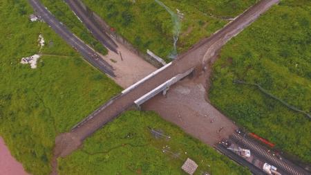 泥石流中断成昆铁路 500人紧急赶赴抢险