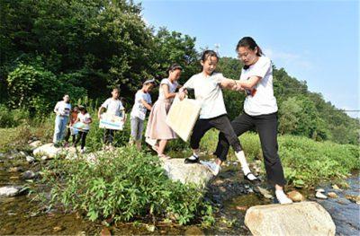 2018年7月21日,河南三门峡,带队支教老师与卢氏县瓦窑沟乡庙上小学的孩子们交流互动。(图片来源:视觉中国)