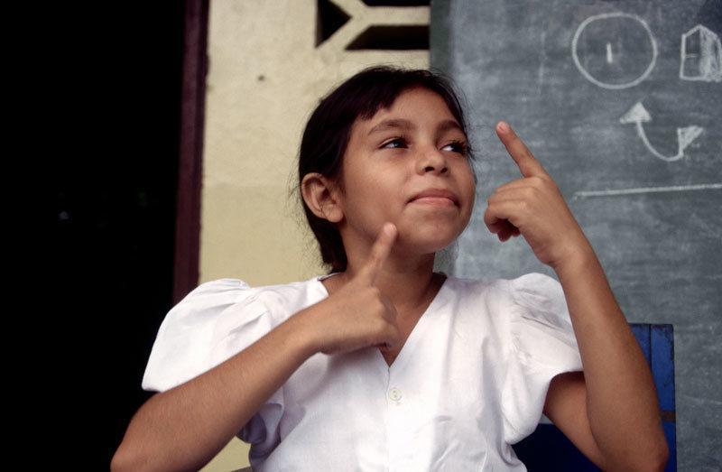没学过任何语言,这些聋哑孩子却创造出全新手语
