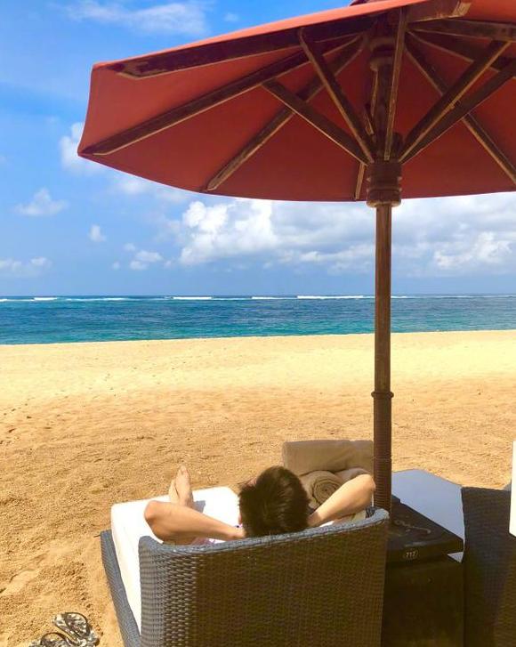 Kimi背影出镜似长胖 与爸爸海边游玩享受二人世界