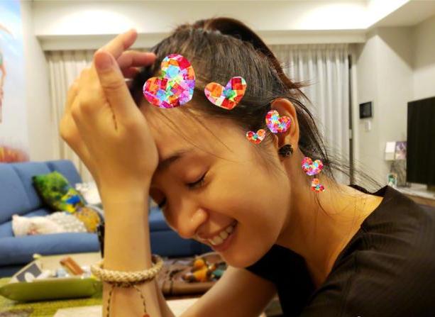 林依晨扎马尾素颜出镜少女感足 戴小狗耳环超可爱