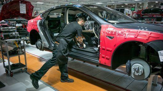 特斯拉急调员工保产能:售后客服也到工厂造车