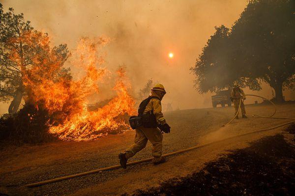 美加州山火持续猛烈肆虐 消防员火海中奋战