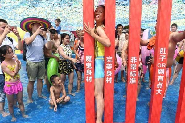 重庆水中身材挑战赛 游客挑战表情夸张