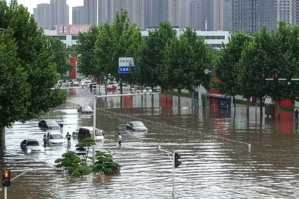 河南郑州突降暴雨 道路积水车辆行人受困