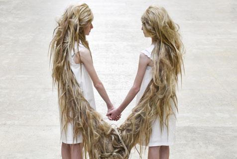 双胞胎女孩金色长发宛若翅膀展超现实风格