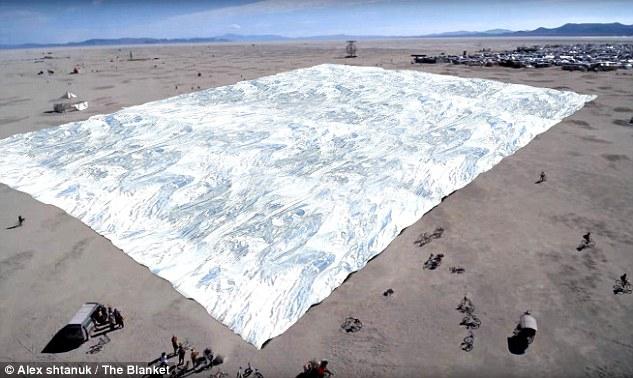 """火人节上惊现NASA""""太空毯"""" 用于防止晒伤"""