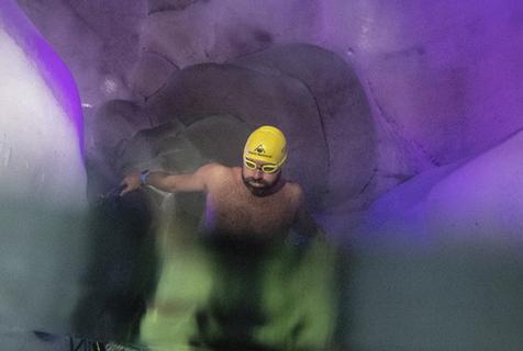 寒冰泳者!奥地利冰泳者天然冰宫中训练游泳