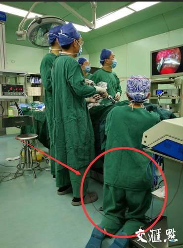 """感动!为新生宝宝度过生死劫,这个护士腿部跪出青紫""""丘壑"""""""