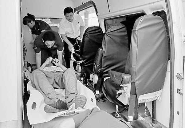 乘客突然晕倒 众多好人相助