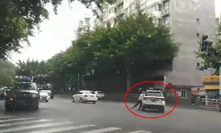 拖着交警狂奔,泸州这辆小车太疯狂
