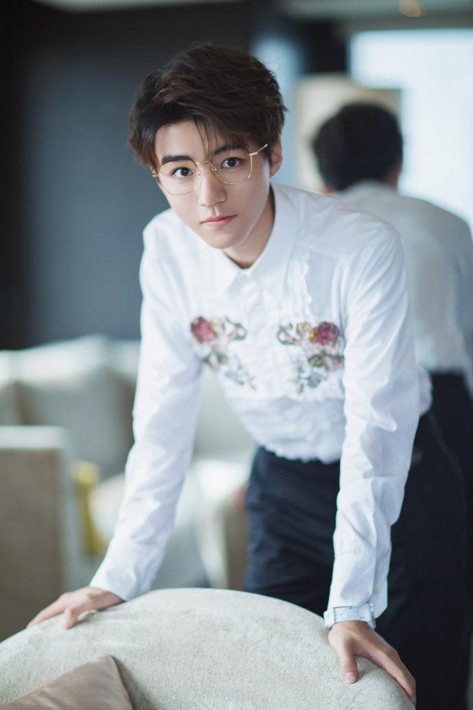 王俊凯最新写真 金丝边眼镜搭白衬衣上演成熟诱惑