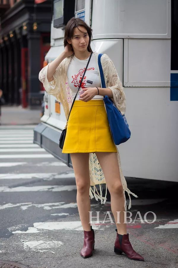 >  时尚     a字裙高腰的设计上窄下宽,遮盖住下半身最胖的部分,留出