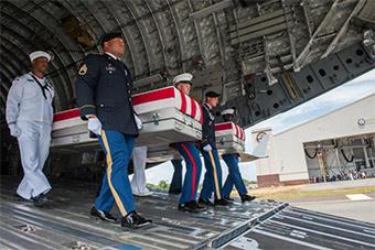 朝鲜归还美遗骸运抵美国 美军举行纪念仪式