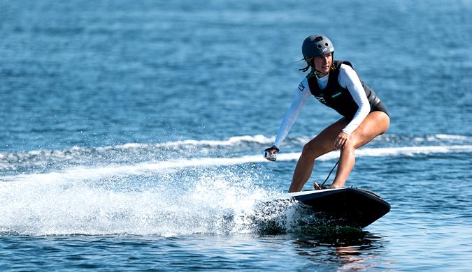 瑞典推出全新电动冲浪板 时速达每小时56公里