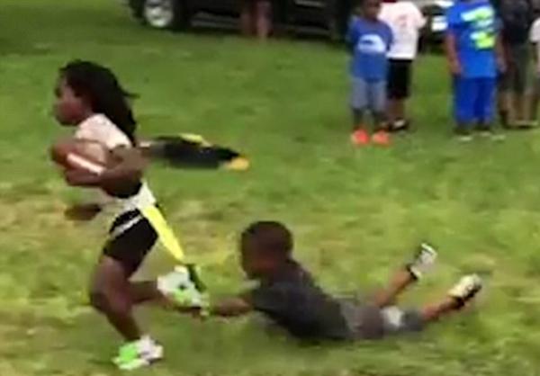 美6岁橄榄球小将球技惊人 速度2倍于同龄人