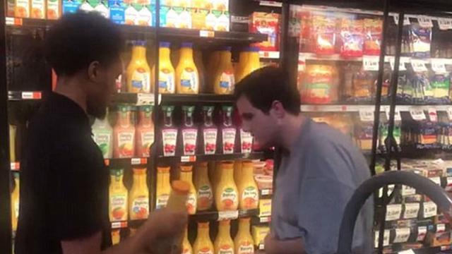 美国好心超市店员允许自闭症顾客助其上货获赞