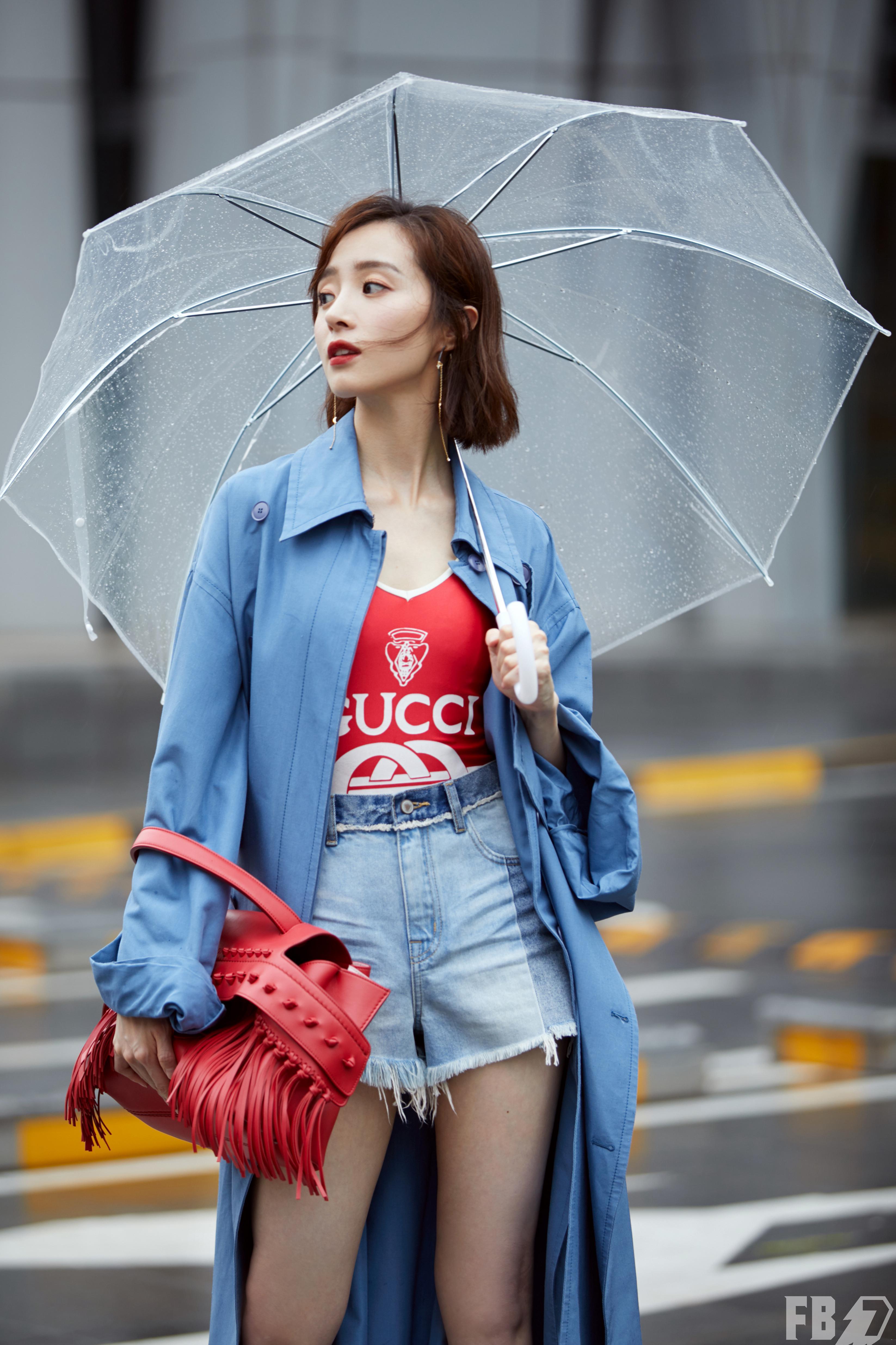 胡冰卿夏日雨中漫步 蓝绿色系巧搭清凉出街