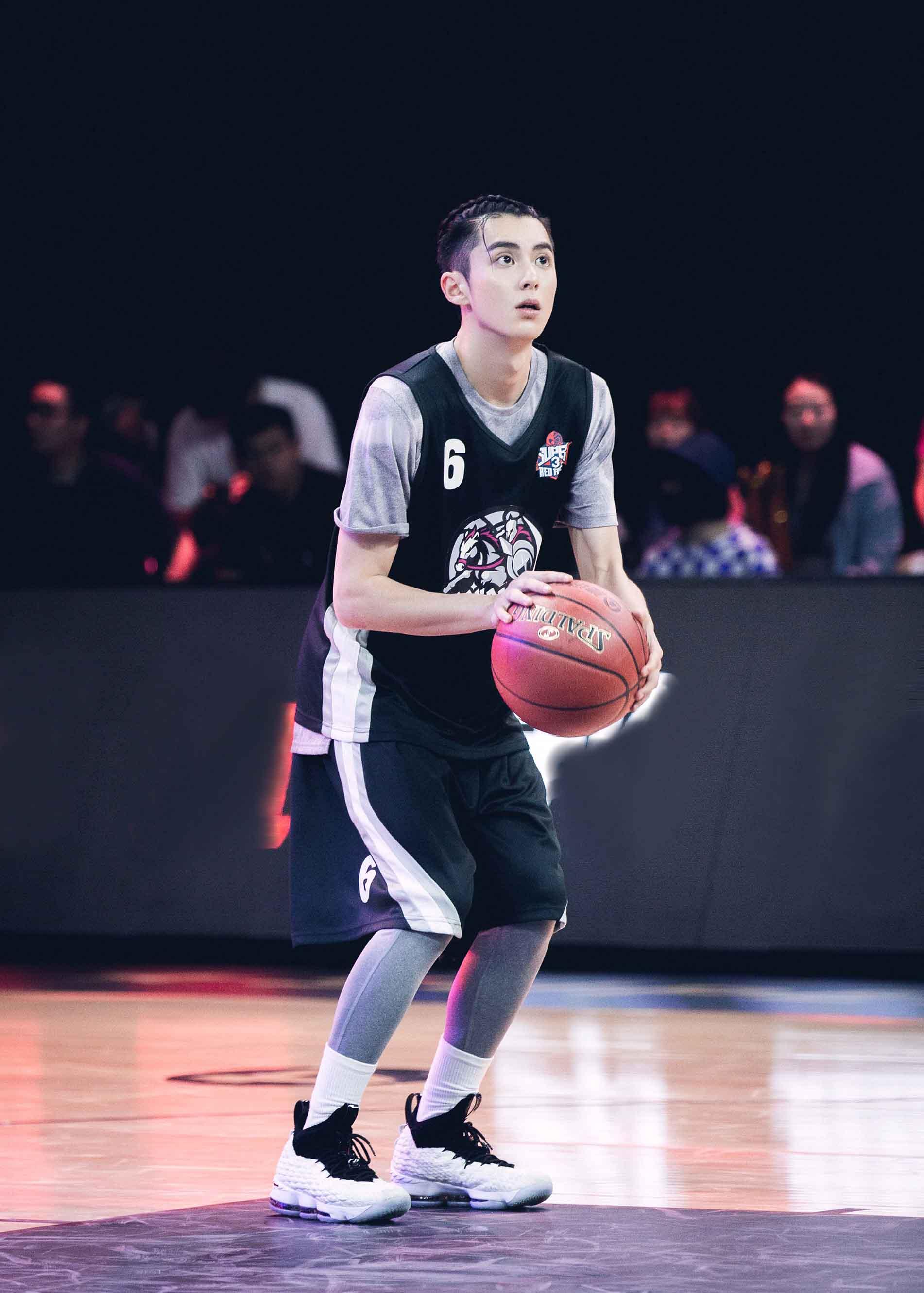 王鹤棣帅气出战明星篮球赛  三分球带队拿下全场首胜