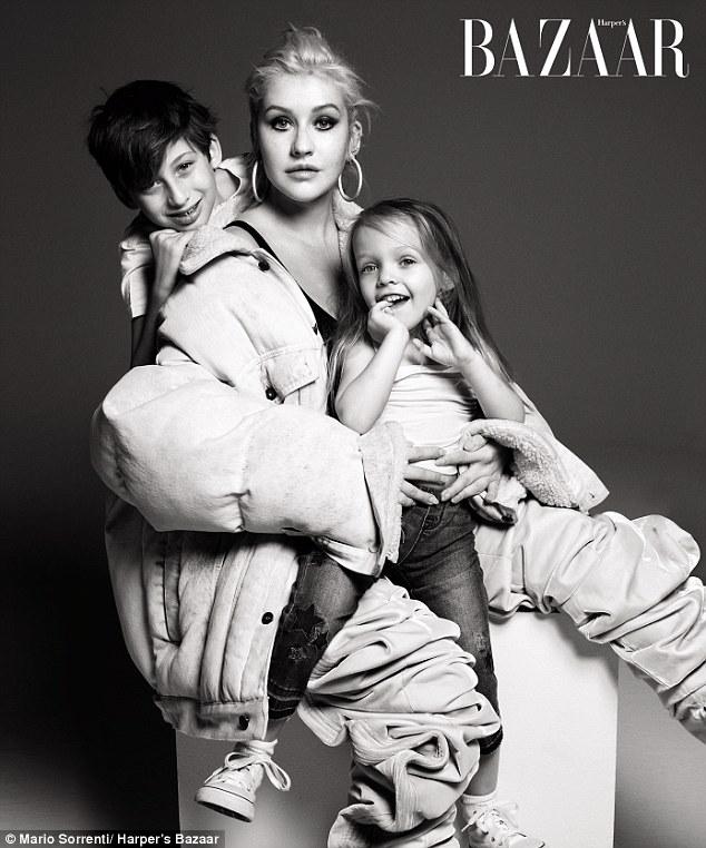 克里斯蒂娜•阿奎莱拉携儿女登《时尚芭莎》杂志