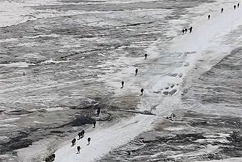 解放军参加厄尔布鲁士之环比赛 冰川上测试体能