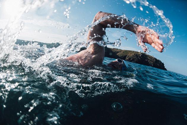 """英男子""""泳渡""""英吉利海峡呼吁保护海洋环境"""