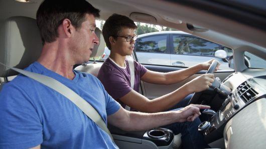 外媒:超速/分心驾驶 家长不良驾驶习惯会影响孩子