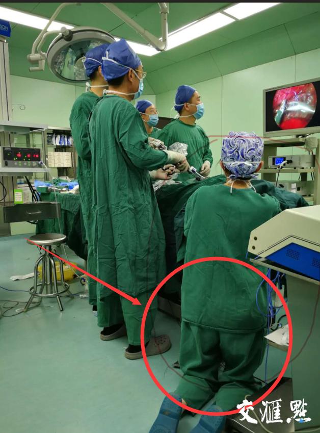 护士腿部跪出青紫 为了确保手术器械保持稳定性
