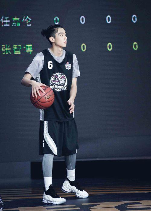 王鹤棣帅气出战明星篮球赛三分球带队拿下全场首胜