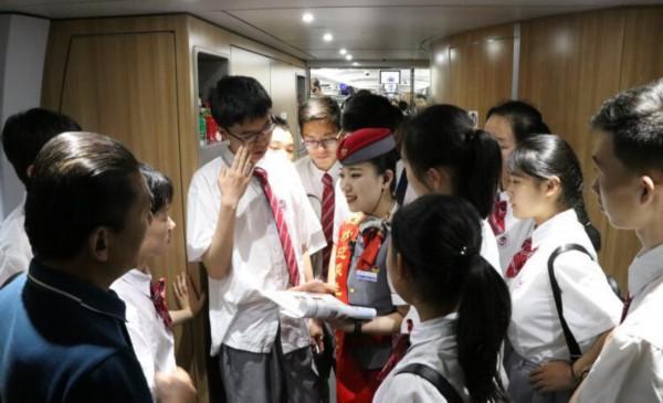 中学生坐火车参加夏令营 列车长主动担当讲解员