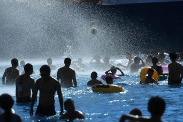 重庆高温天气市民水中享清凉