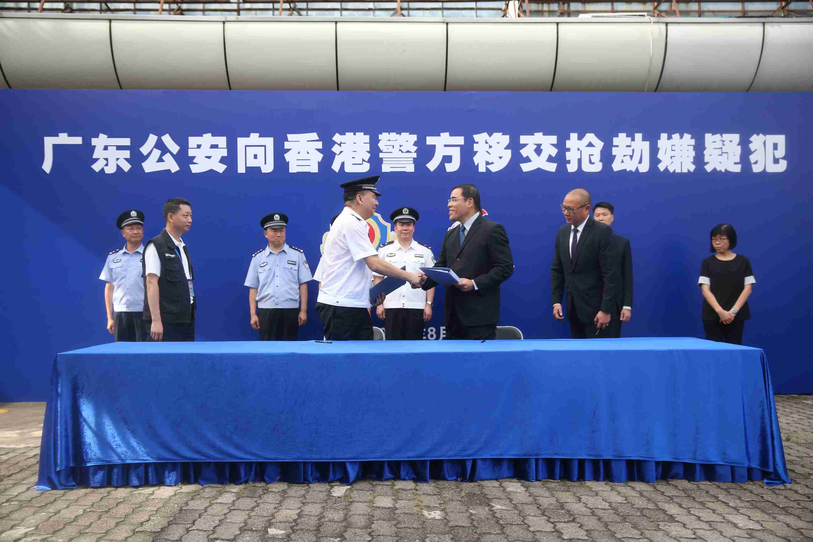 广东警方向香港警方移交三名香港籍犯罪嫌疑人