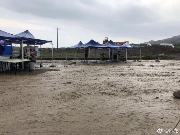 惊险!成龙外景地拍摄遭遇山洪车辆被卷进泥石流