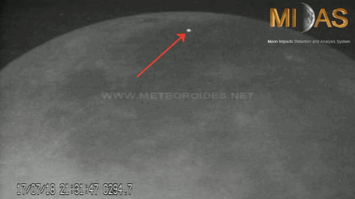 """新视频展示两块""""流氓""""太空岩石撞击月球表面"""